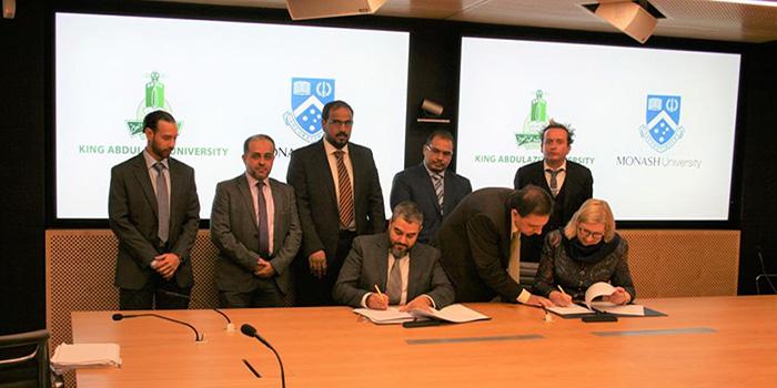 الجامعة توقع اتفاقية شراكة تعليمية مع جامعة موناش الأسترالية